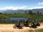 Stil en schoon door de Alpen op een elektrische motorfiets
