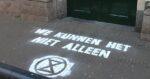 Stoepkrijtactie bij partijkantoren: 'We kunnen het niet alleen'